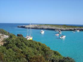 Cala Barques - moře s jachtami
