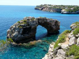 Skalnaté pobřeží u Cala Santanyi