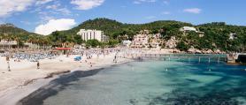 Pláž v letovisku Camp de Mar na Mallorce
