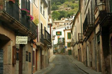 Ulička v městečku Bunyola, Mallorca
